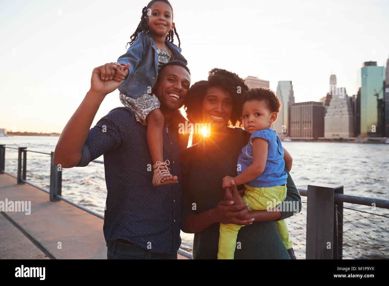 Junge Familie mit Töchter stehen auf Kai Stockbild