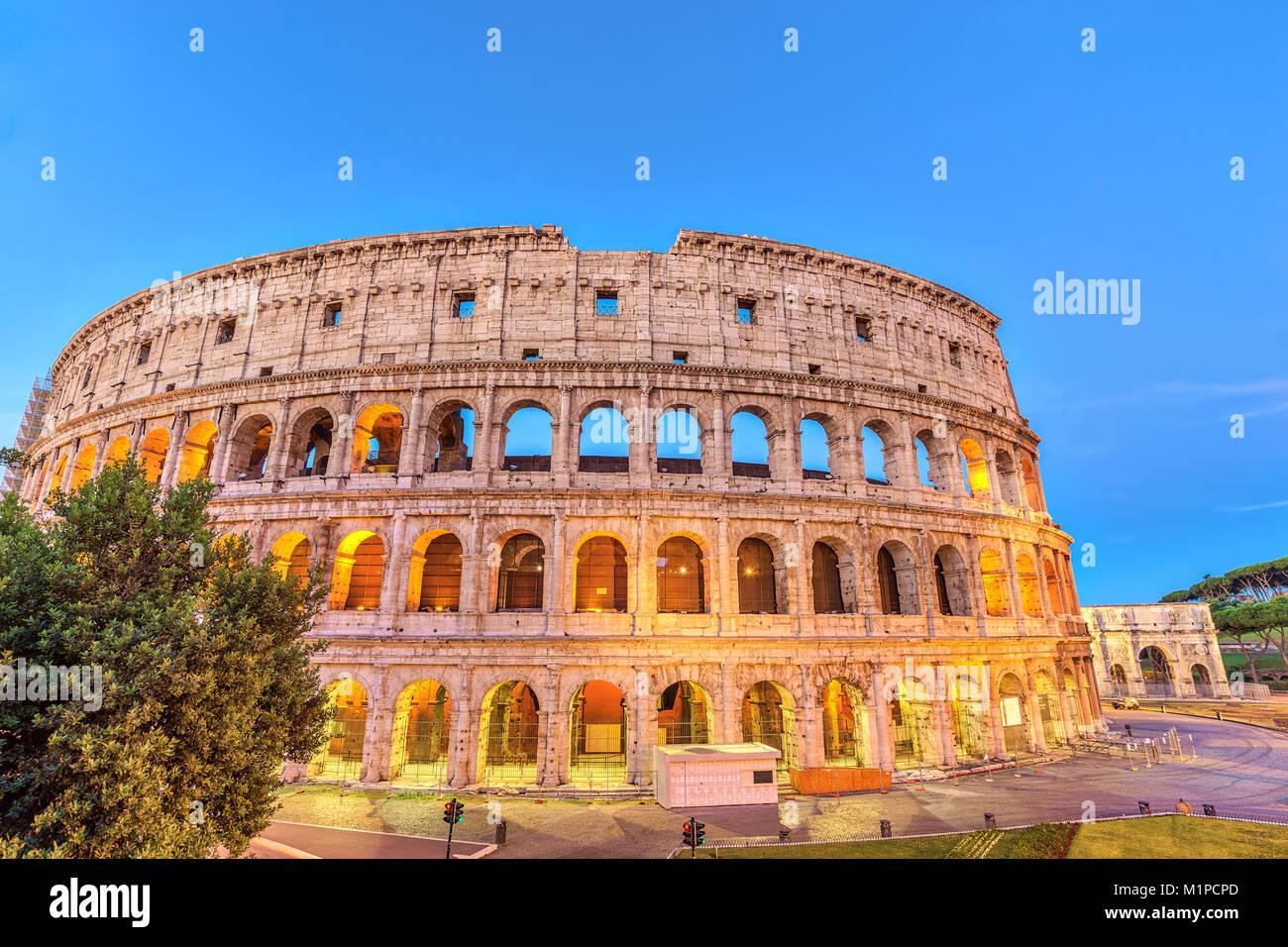 Rom bei Nacht Skyline der Stadt Rom Colosseum Kolosseum (Roma), Rom, Italien Stockbild