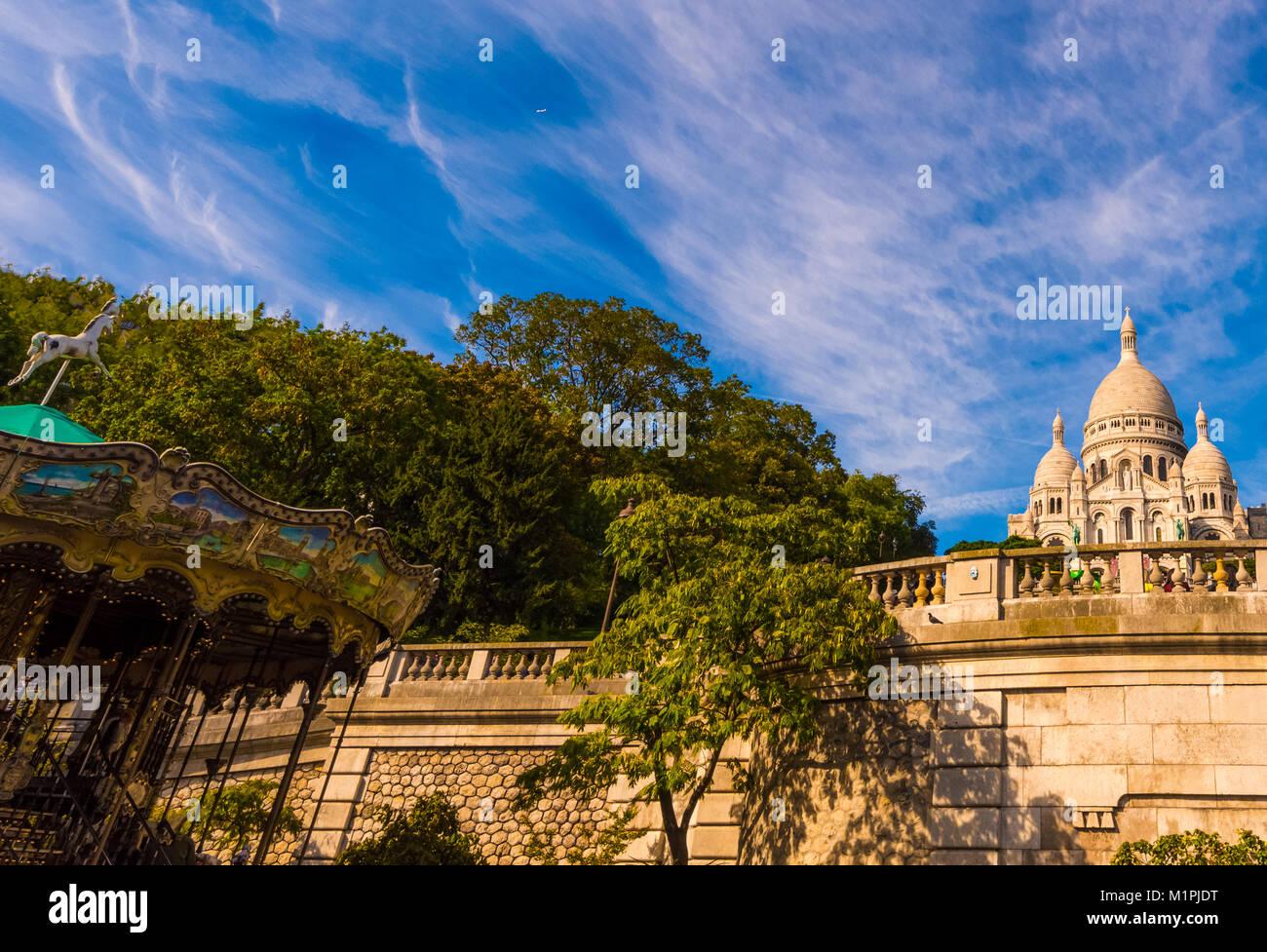 Farbe outdoor architektonischen Bild der Basilika Sacre Coeur, Paris, Frankreich, an einem sonnigen Tag mit blauen Stockbild