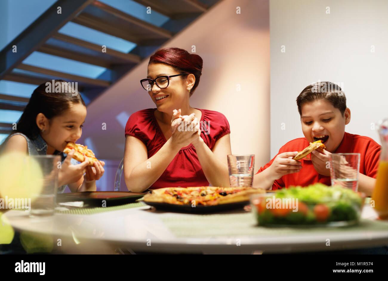 spanischer familie mit mutter sohn und tochter abendessen zu hause in essen und hausgemachte. Black Bedroom Furniture Sets. Home Design Ideas