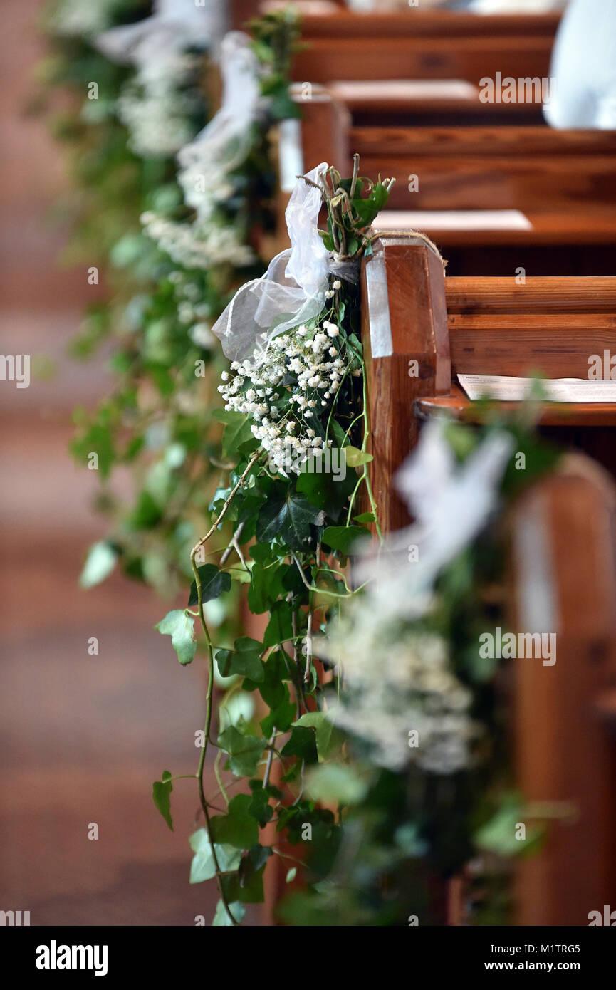 Kirche Gang Ist Mit Efeu Und Weissen Blumen Fur Eine Hochzeit Service