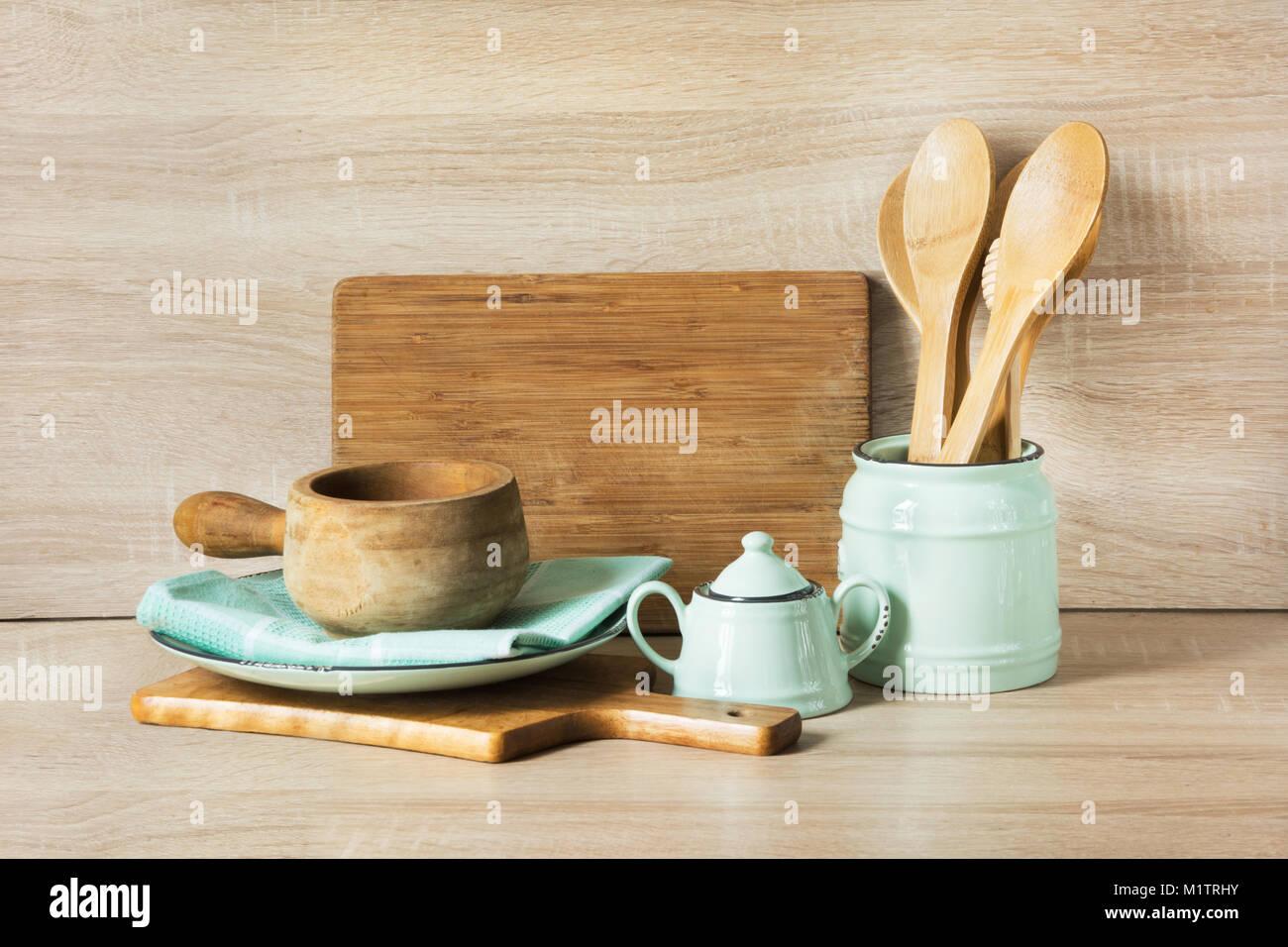holz rustikal und vintage geschirr geschirr besteck und material auf h lzernen tisch k che. Black Bedroom Furniture Sets. Home Design Ideas