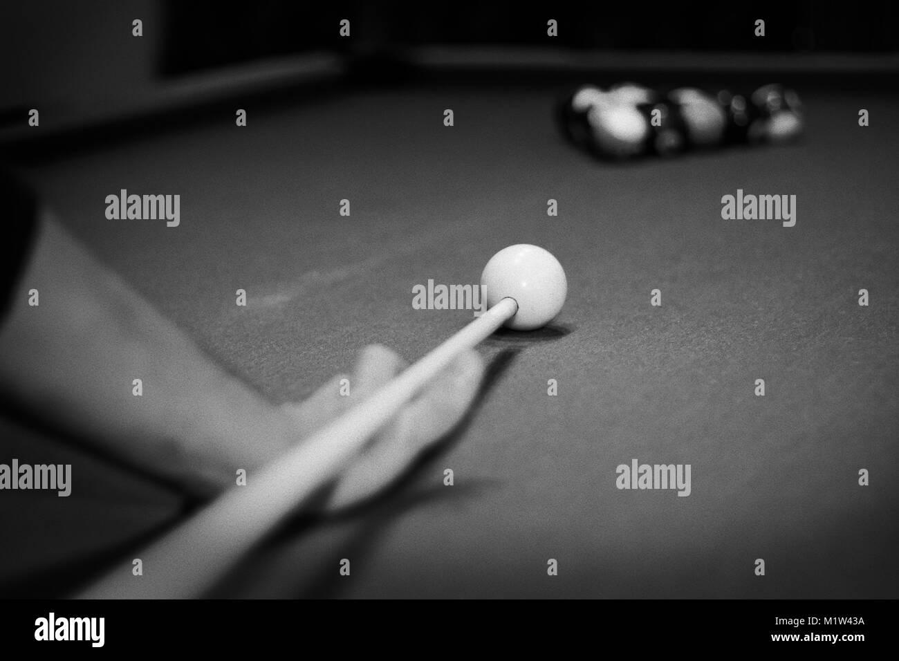 Ein Mann spielt Billard ziehen Schwarz und Weiß Stockbild