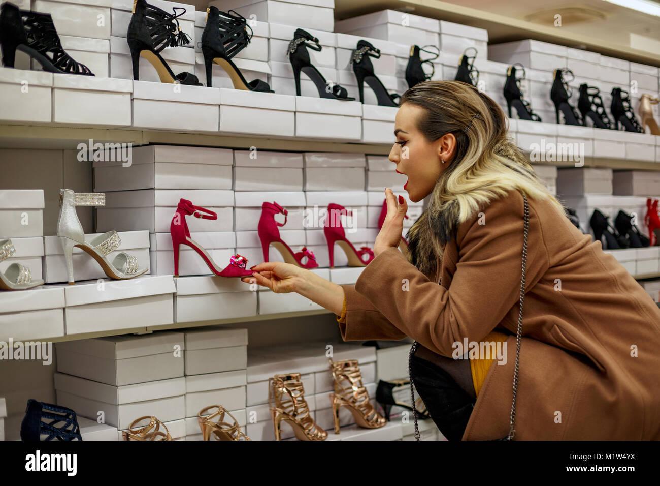 d8f6e527deb732 Glückliche junge Frauen einkaufen bei Schuhe Store Stockfoto