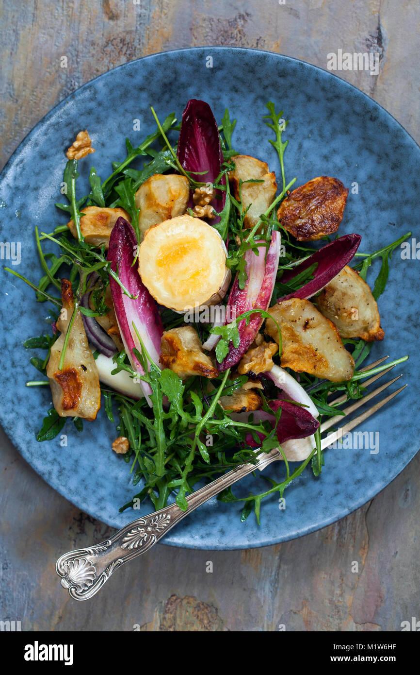 Topinambur und gegrilltem Ziegenkäse Salat mit Chicorée und Rakete Stockfoto