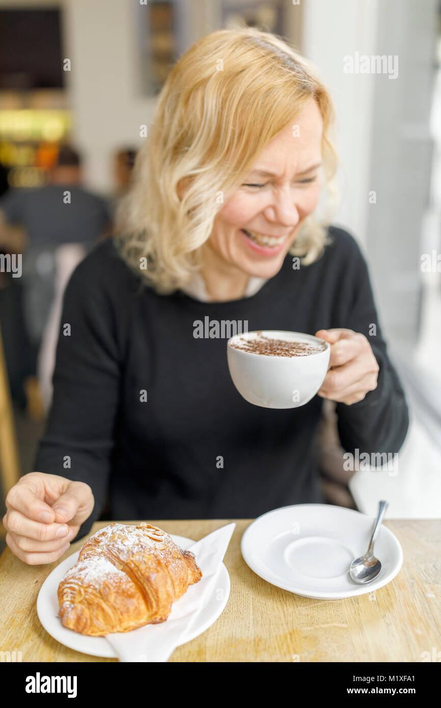 Frau im Cafe in England Stockbild