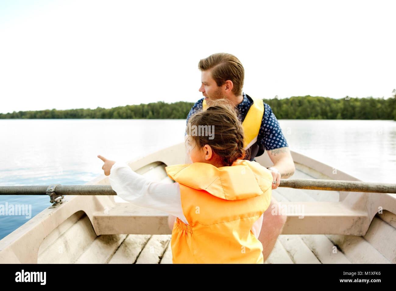 Mädchen in der Zeile boot mit ihrem Vater in Friseboda, Schweden Stockbild