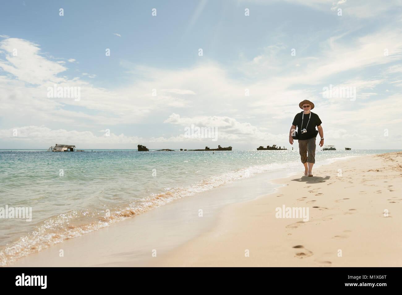 Reife Frau zu Fuß am Strand in Australien Stockfoto