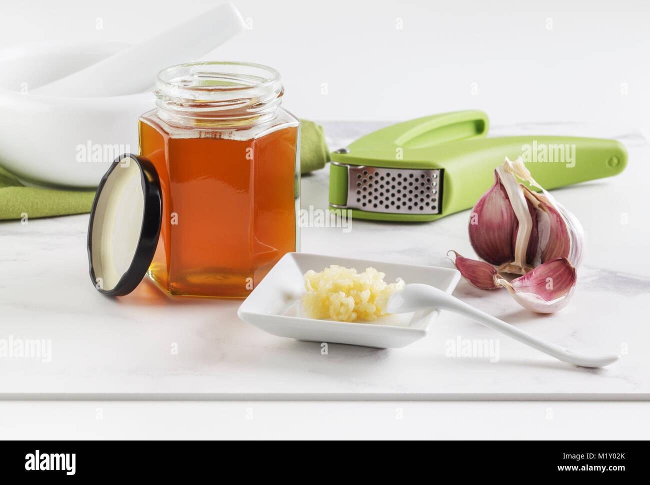 Frische zerdrückten Knoblauch und Honig, eine natürliche Heilung - alle Remedy Stockbild