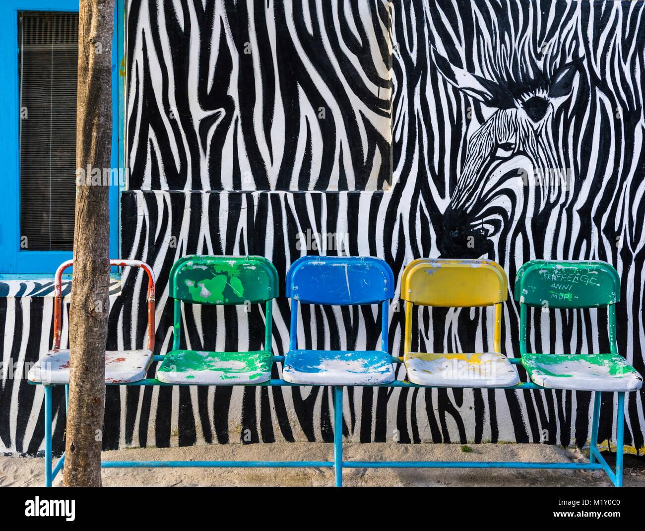 Mit Zerbramuster bemaltes Haus auf er Insel Velhidhoo, Malediven. Sitzplätze vor dem Haus sind hier üblich. Stockbild