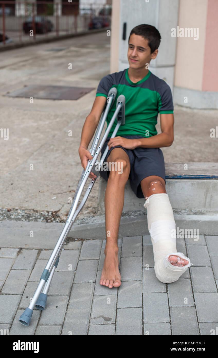 Junge haben sich das Bein gebrochen. Gips Fuß Stockfoto