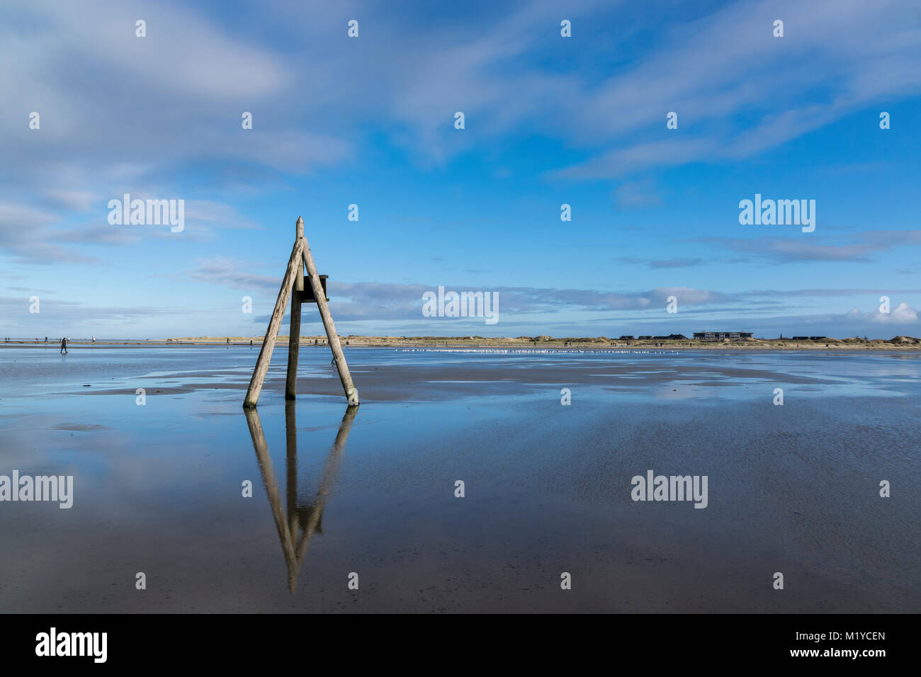 Sankt Peter-Ording bei hochflut am Ordinger Strand. Sterben Pfahlbauten stehen zum Teil weit im Wasser und sind Stockbild