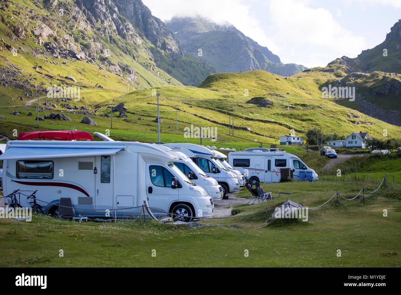 Eine Reihe von RV: s oder Wohnmobile sind Parken über Nacht auf dem Parkplatz am Strand Haukland, Lofoten, Norwegen. Stockfoto