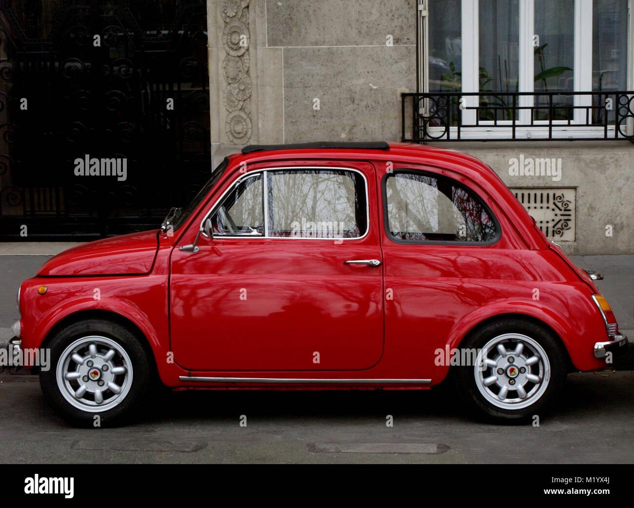 PARIS FRANKREICH - FIAT 500 ABART - italienische Oldtimer - SPORT AUTO - VERKEHR - PARIS PARIS AUTO - rotes Auto Stockbild
