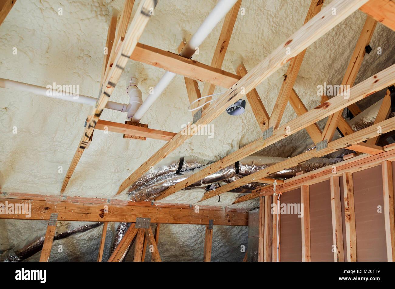 Die Isolierung Der Dachboden Mit Fiberglas Kalte Barriere Und