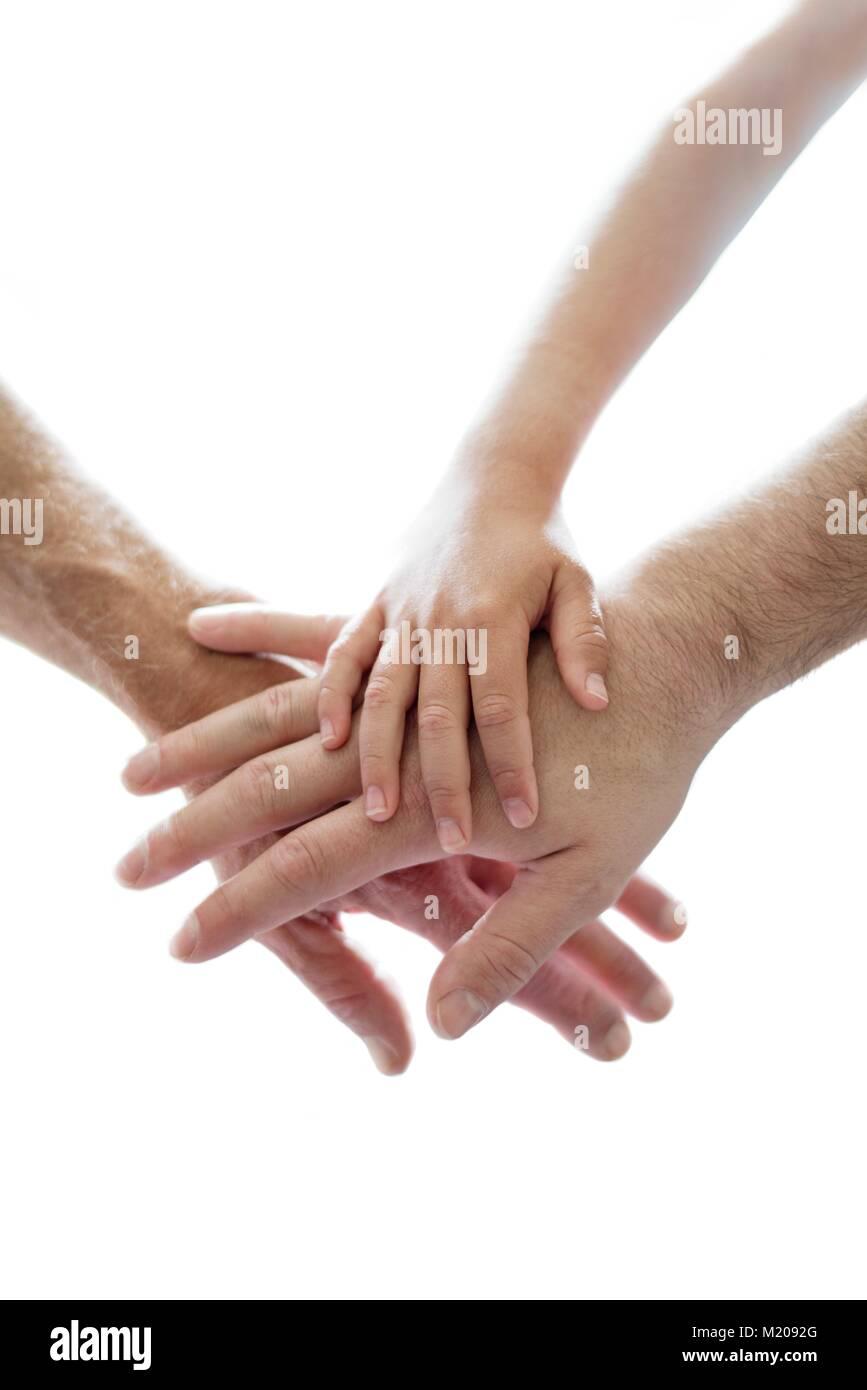 Erwachsene und Hände des Kindes auf der jeweils anderen. Stockbild