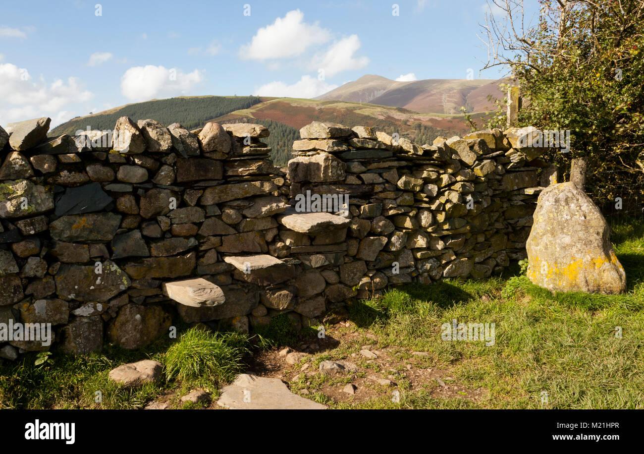 Ein trockenmauern Wand schritt Stil, Lake District, Großbritannien Stockbild