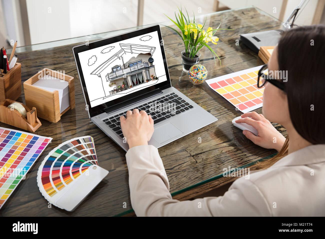Ein Architekt Arbeiten mit Farbmuster für Auswahl mit Laptop Stockbild