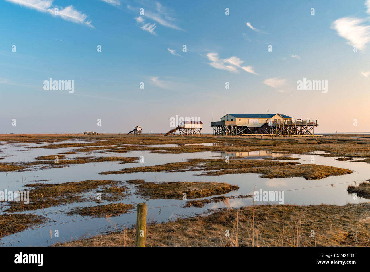 Die berühmten Pfahlbauten im Wattenmeer von Sankt Peter-Ording. Stockbild
