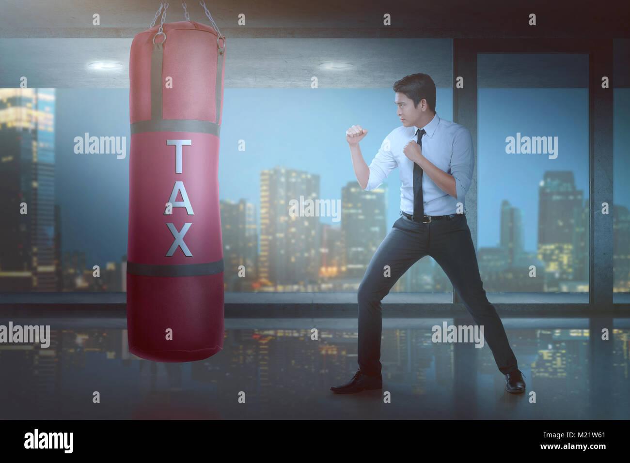 Leistungsstarke Asiatische Geschaftsmann Puncing Boxing Boxsack Mit