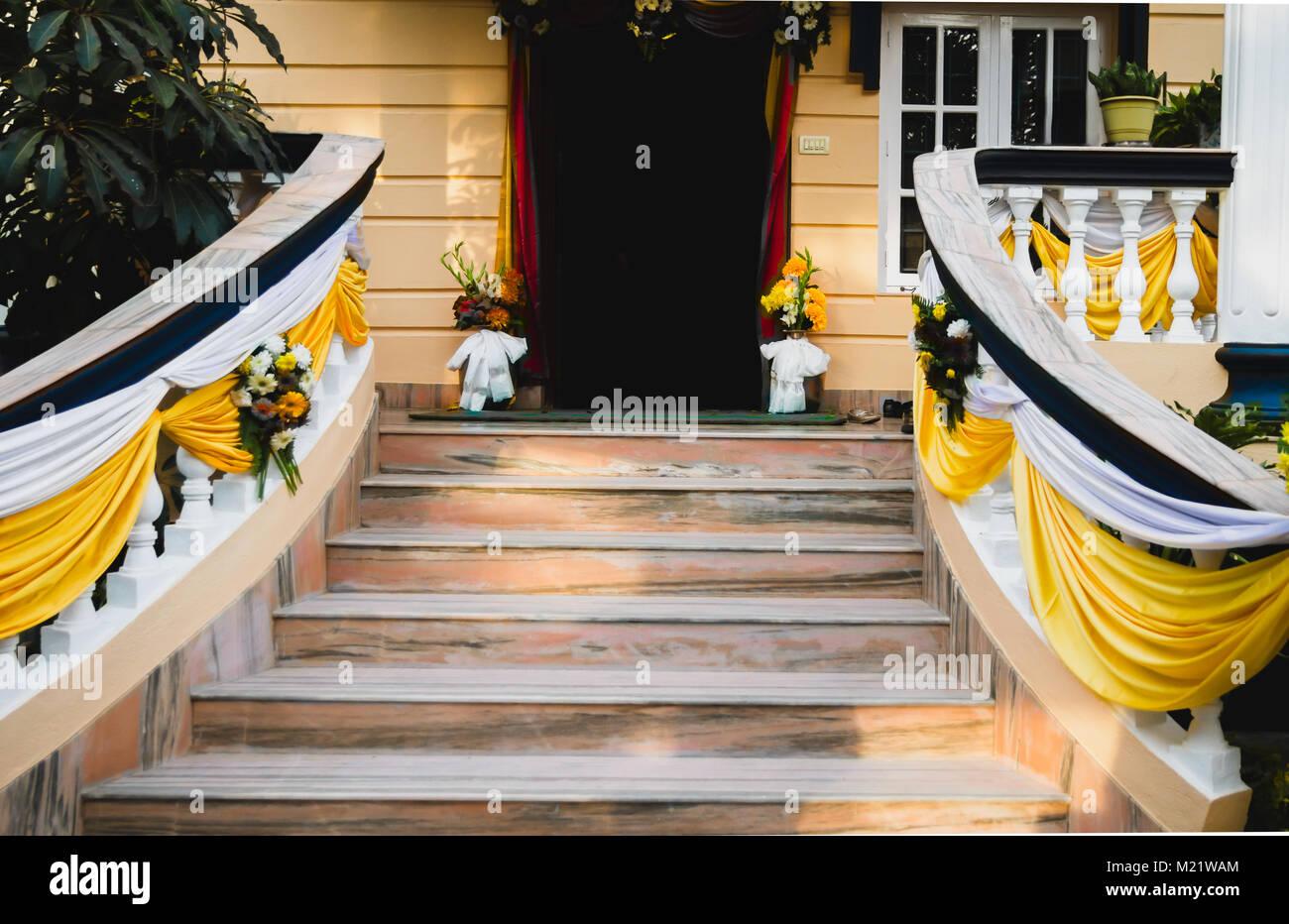 Eingangstur Des Hauses Bereit Fur Die Hochzeit Mit Bunten Dekoration
