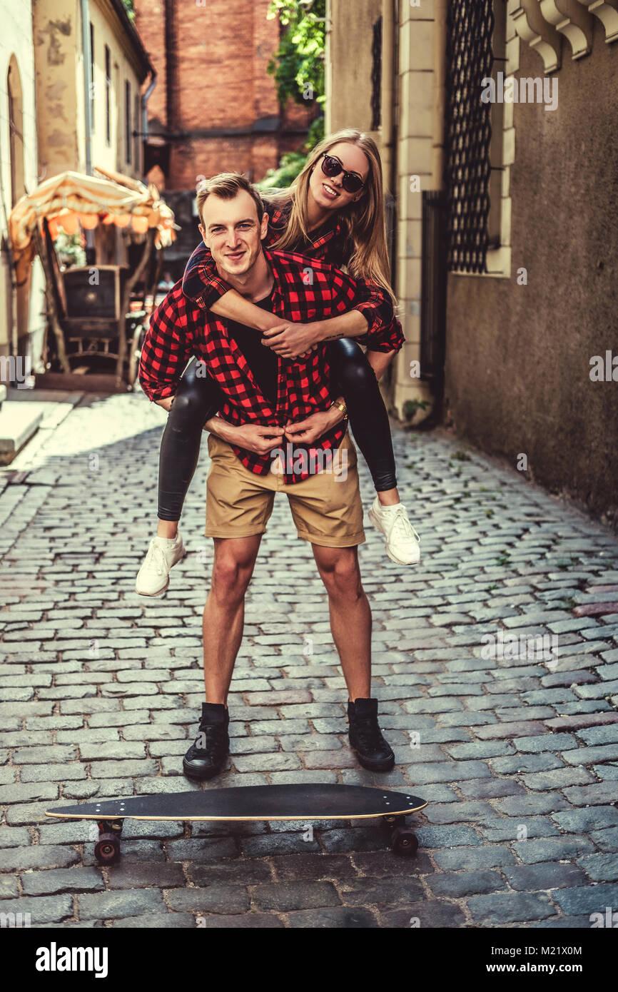 Fröhliche longboarders Paar in der Stadt Stockbild