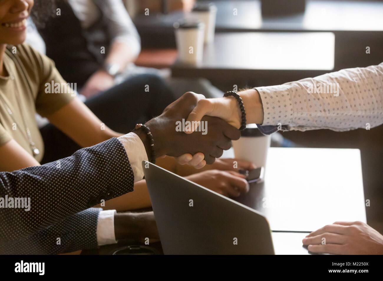 Multirassischen Männer Hände schütteln im Coffee House, Ansicht schließen Stockbild