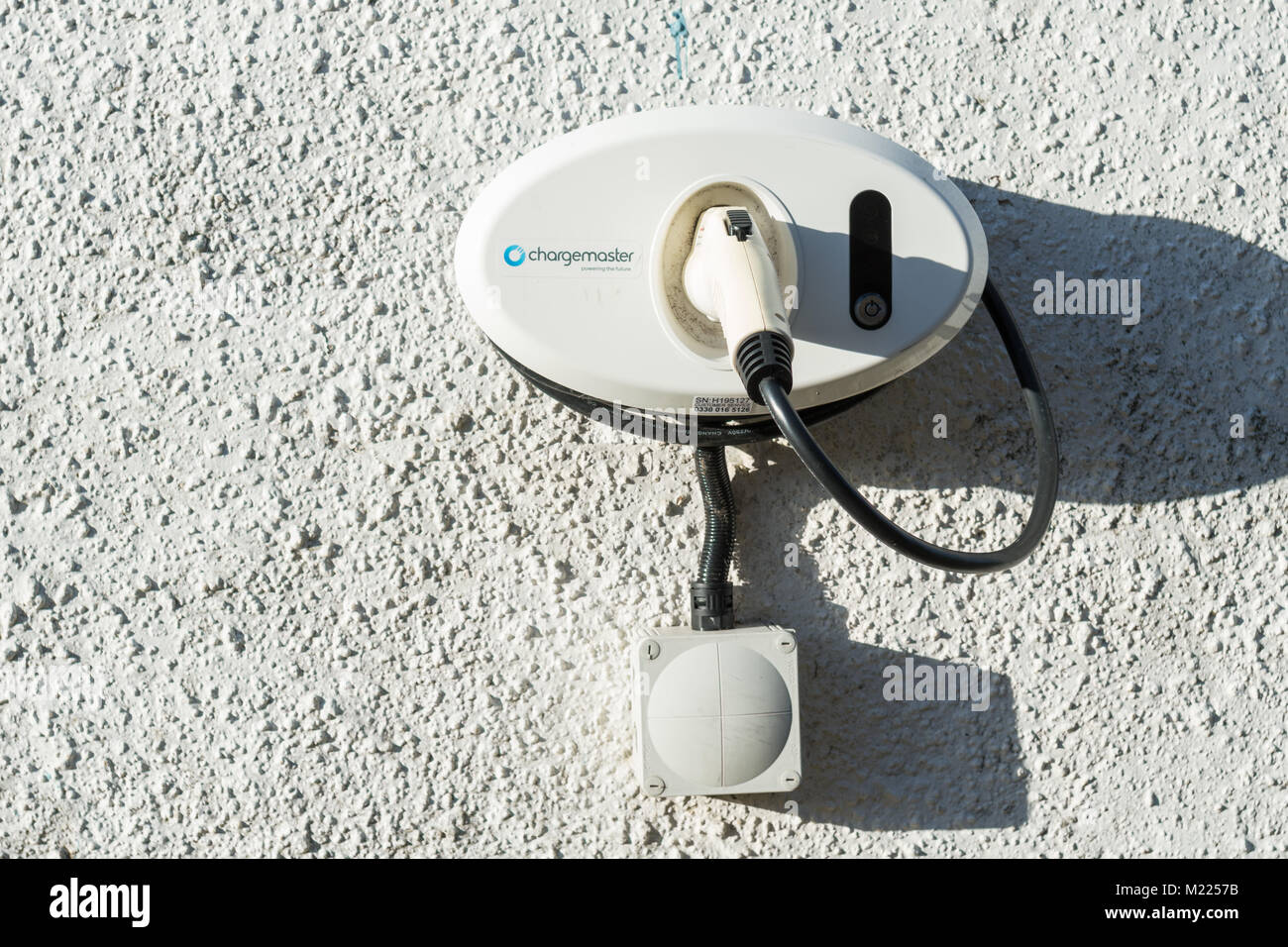 Chargemaster home Electric Car Charger auf Hauswand in Großbritannien Stockbild