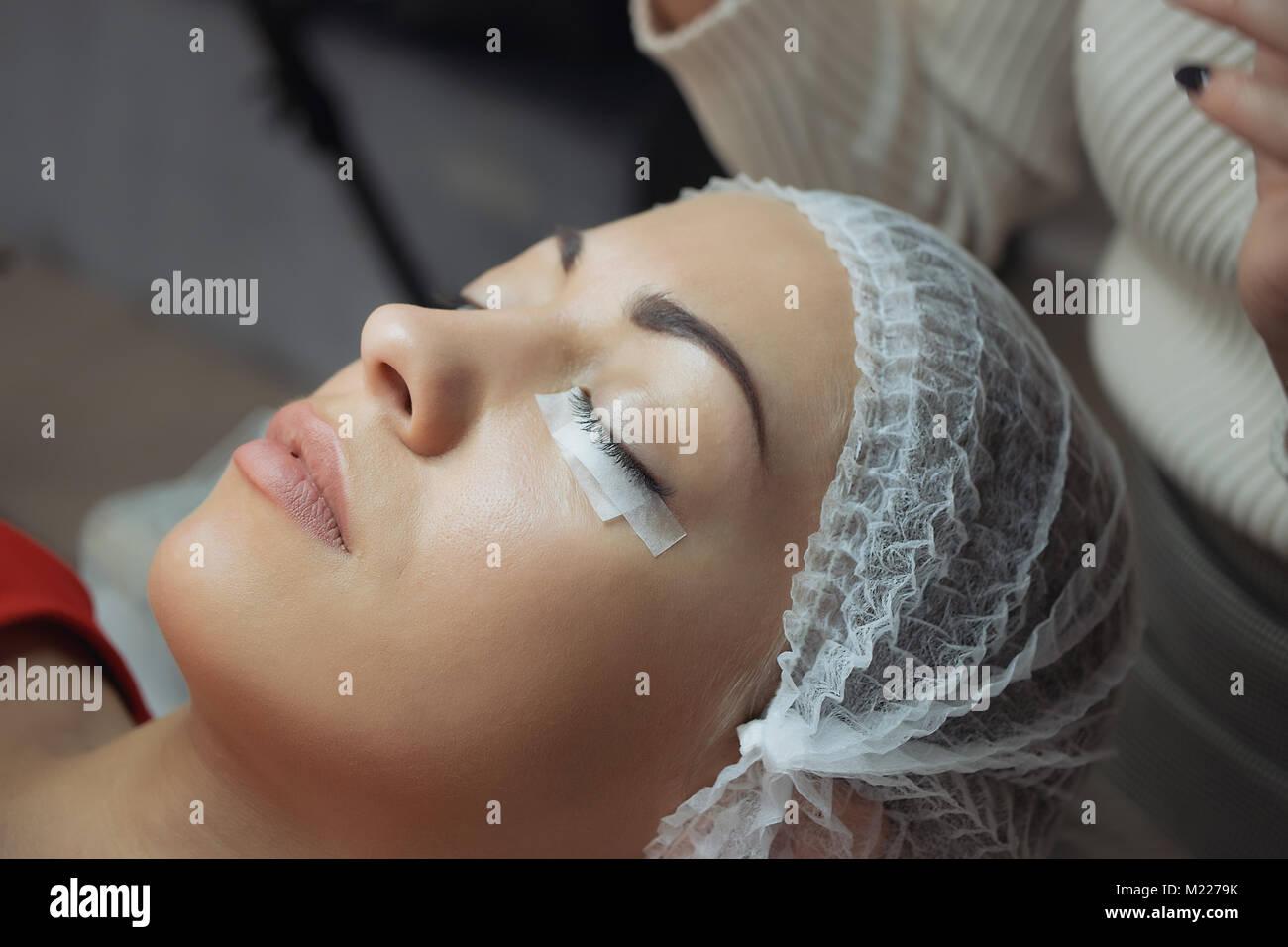 Eyelash Extension Verfahren. Frau Augen mit langen Wimpern. Stockbild