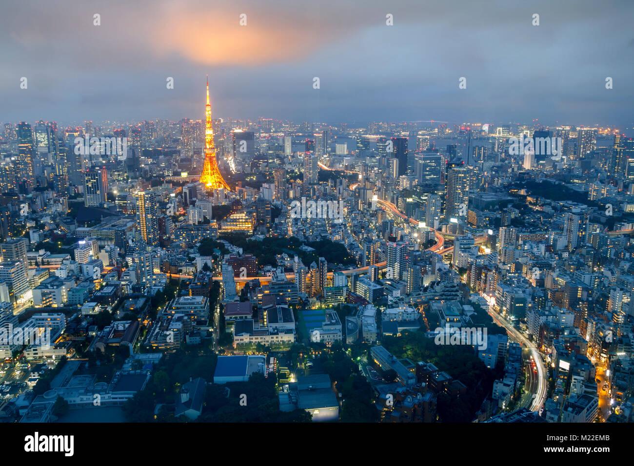 Tokio Skyline bei Sonnenuntergang, mit dem berühmten Turm von Tokio Stockbild