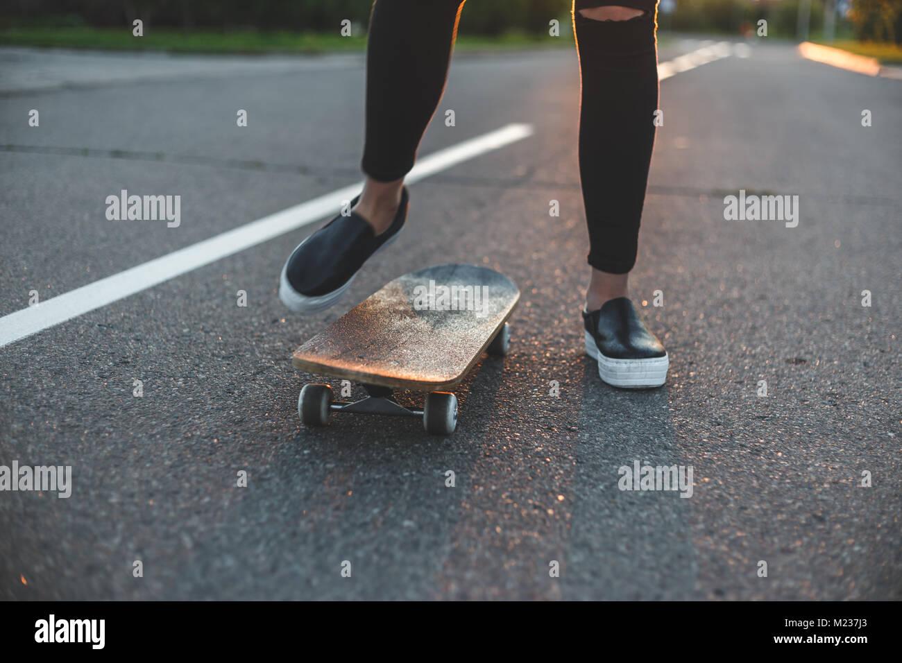 junge skateboarder beine reiten auf skateboard vor der sonne stockbild - Skateboard Bank Beine