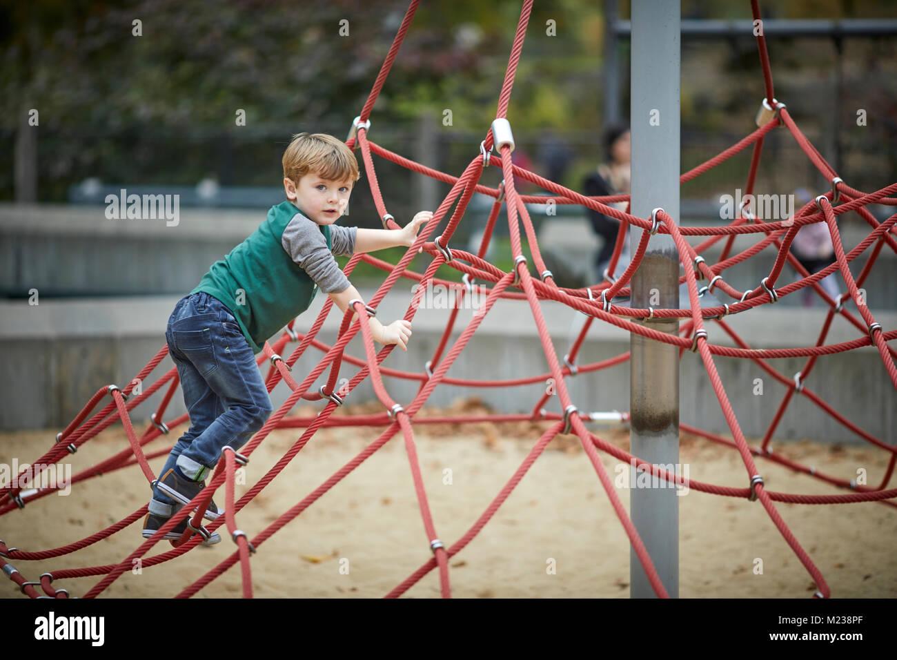 Klettergerüst Dreieck : New york city manhattan central park junge auf seil dreieck