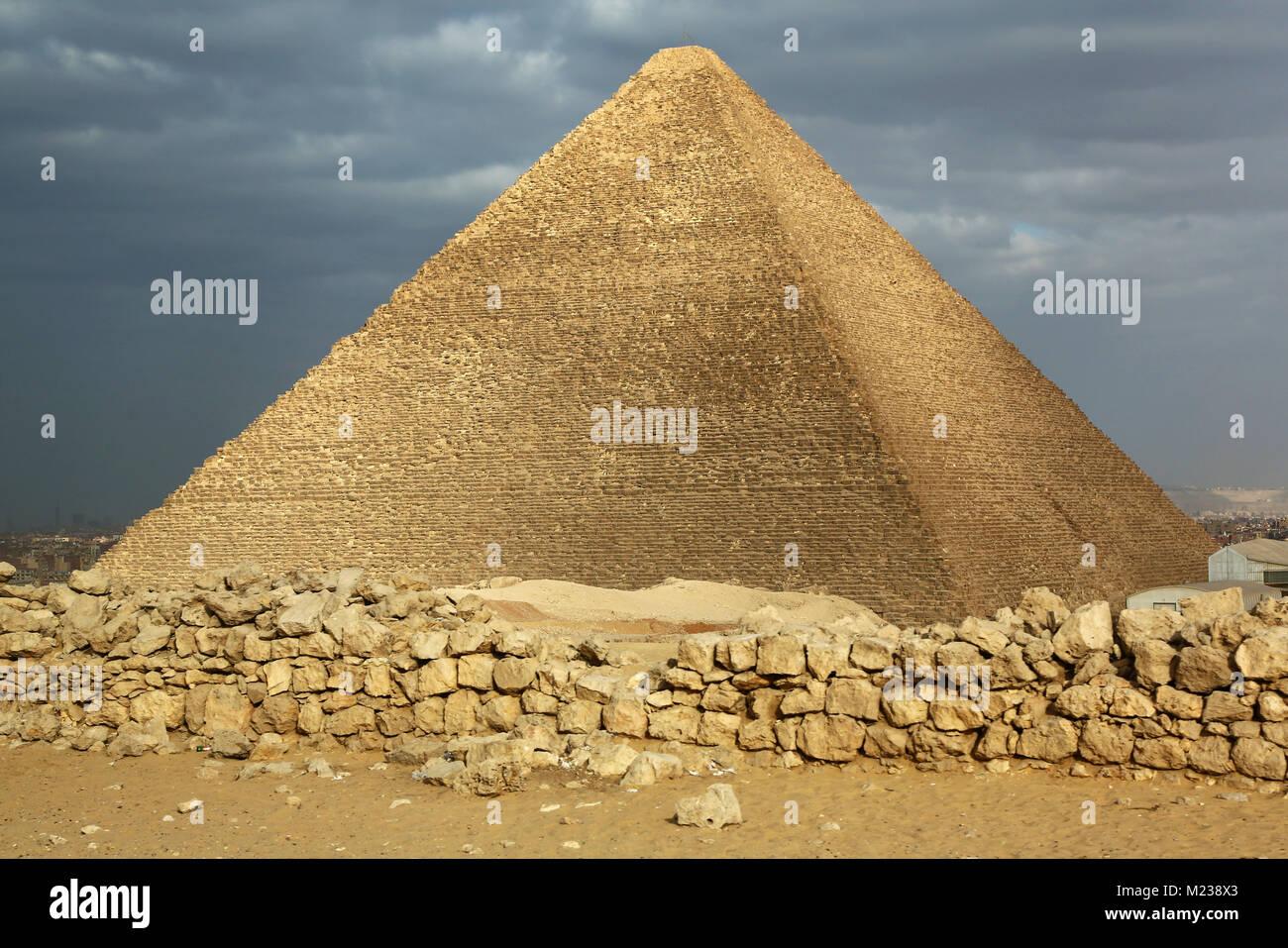 Die Große Pyramide des Cheops (oder Cheops) auf dem Plateau von Gizeh, Kairo, Ägypten Stockbild