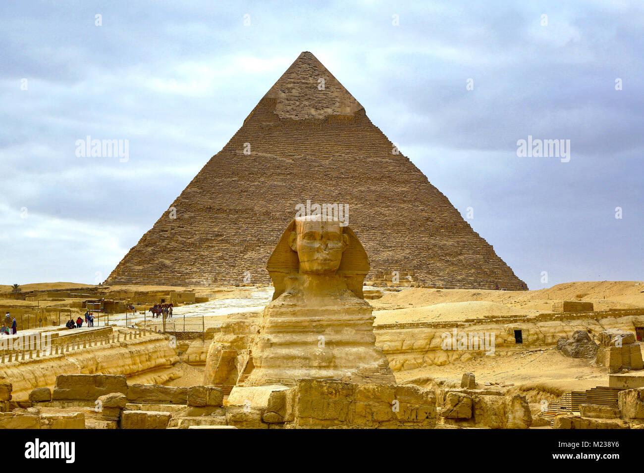 Die Große Sphinx Statue und die Pyramide von khafre auf dem Plateau von Gizeh, Kairo, Ägypten Stockbild