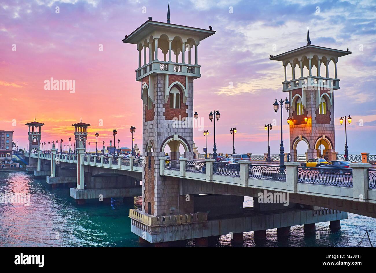 Iconnic Stanley Bridge verfügt über Islamische gestalteten Türmen und altmodische streetlights, dieser Stockbild