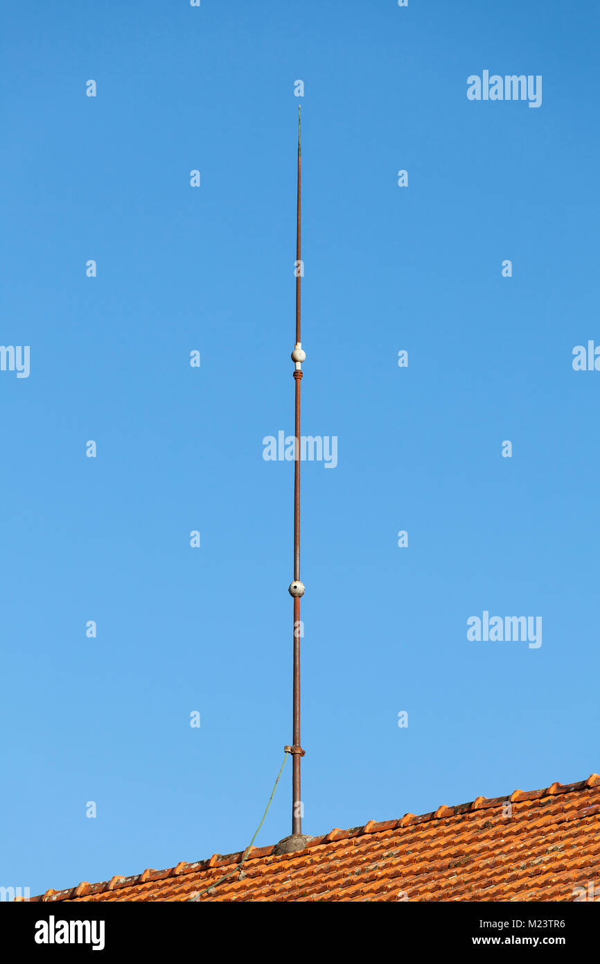 Blitzableiter Auf Dem Dach Eines Inlandischen Haus Mit Einer Masse