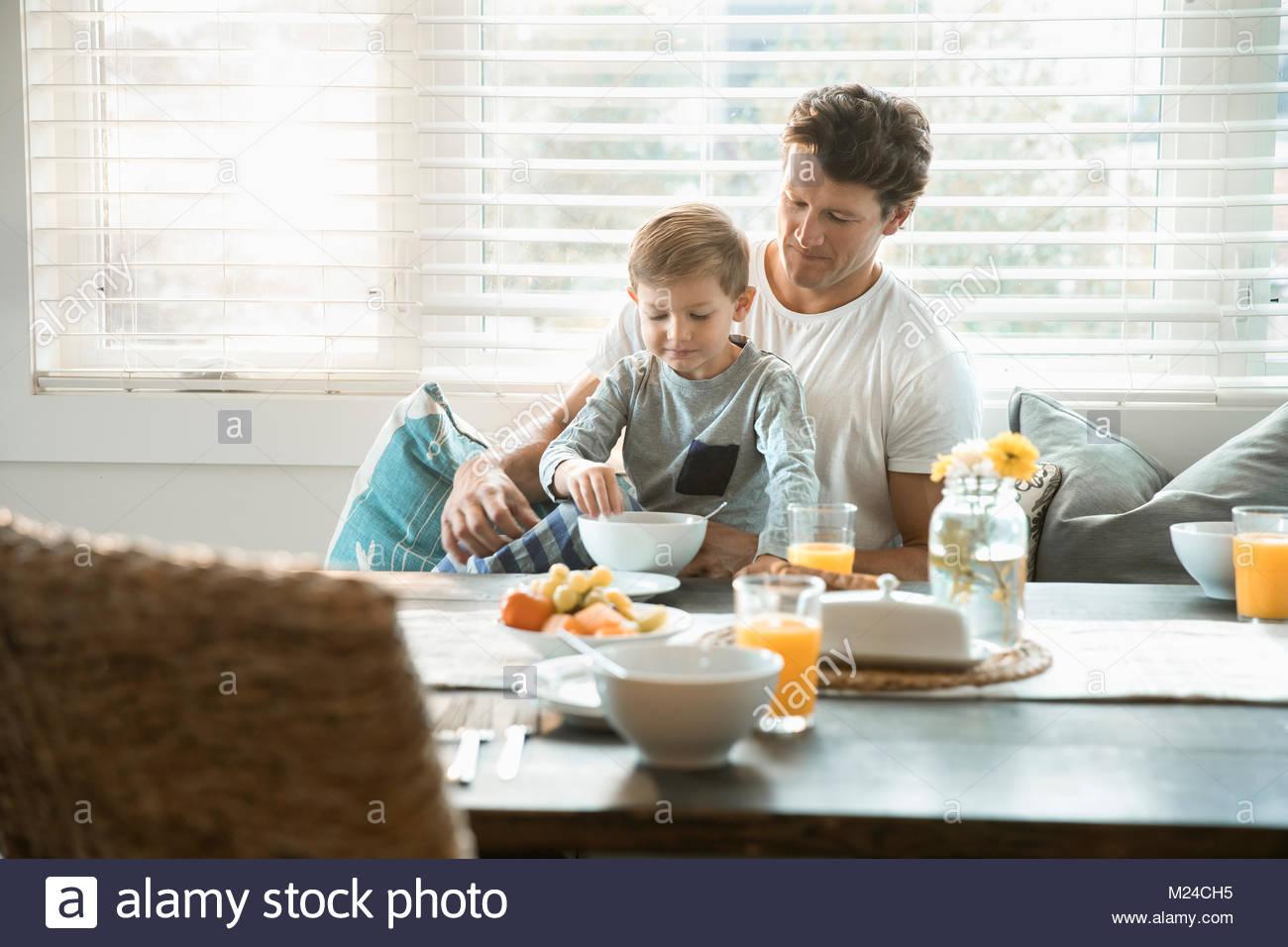 Vater und Sohn essen Frühstück in der Frühstücksecke Stockbild