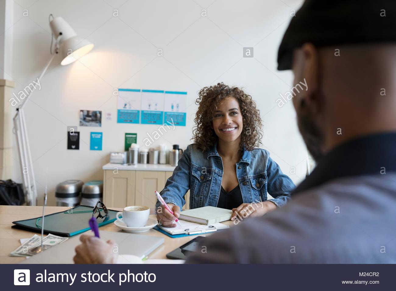 Lächelnd die Inhaber kleiner Unternehmen arbeiten, Planung am Tisch Stockbild