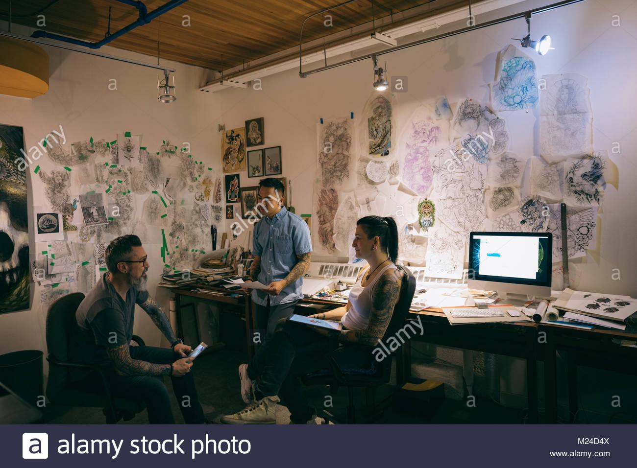Tattoo Künstler Planung, Brainstorming in tattoo studio Office Stockbild