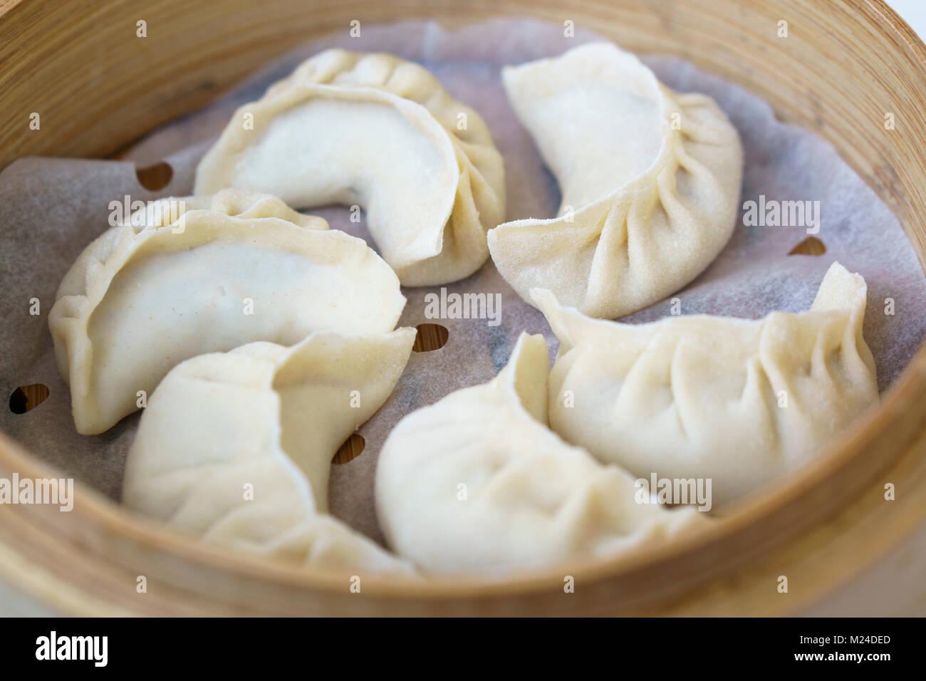 Chinesische Knodel In Bambus Steamer Knodel Gehoren Zu Den