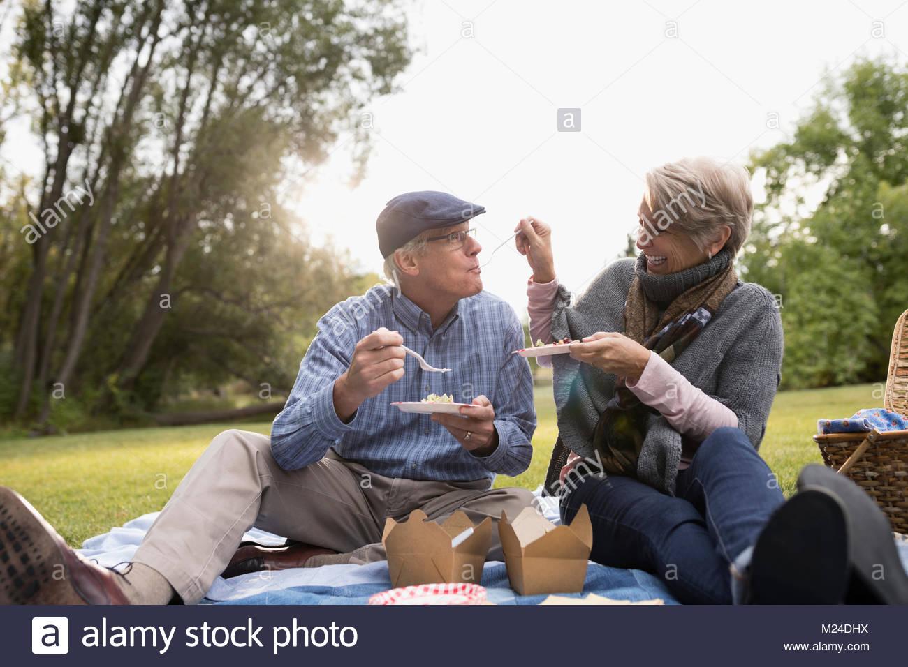 Senior Paar essen, genießen Sie ein Picknick im Park Stockfoto