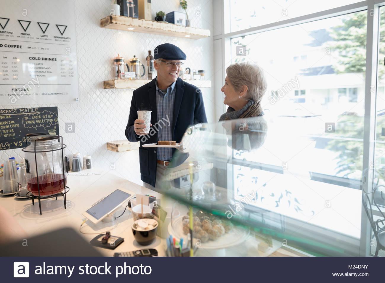 Senior Paar kaufen, Kaffee und Gebäck im Café Zähler Stockbild
