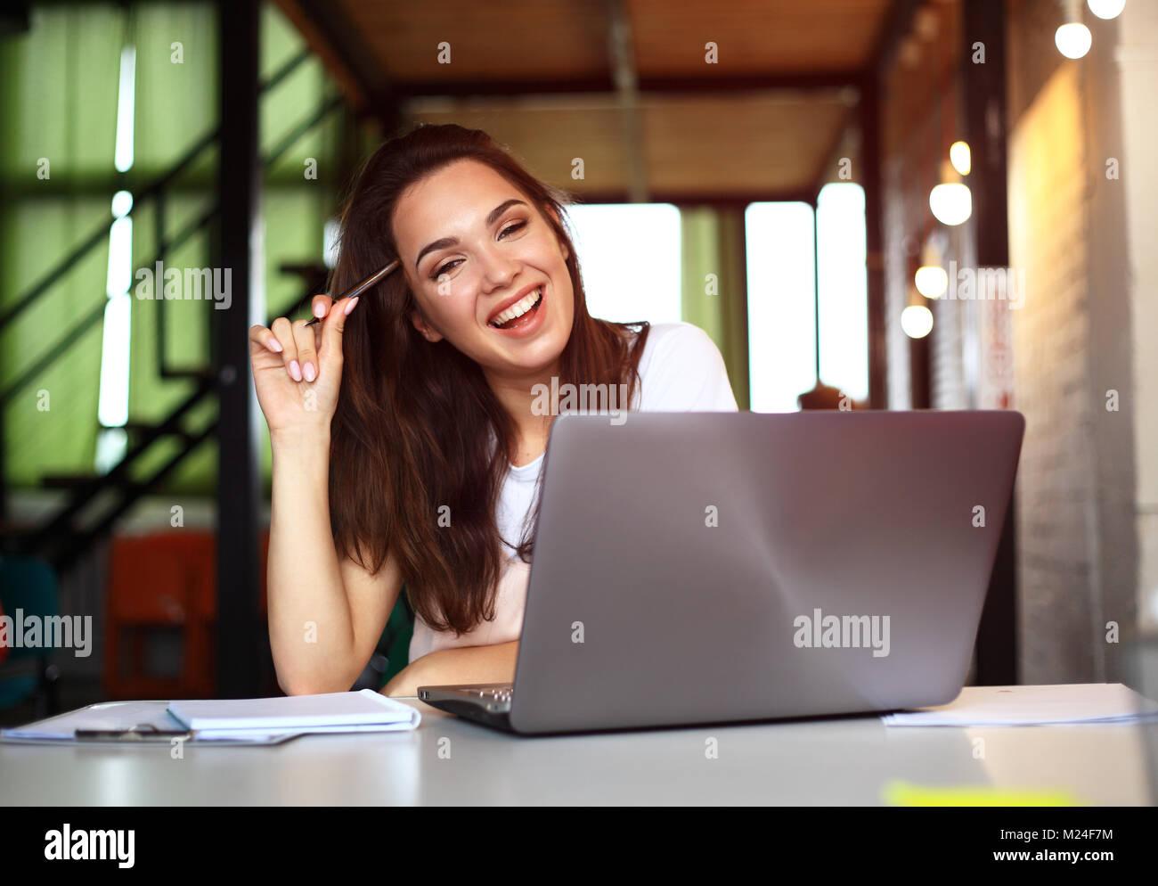 Hipster Frau mit Laptop riesigen Loft Studio. Student Recherche Prozess arbeiten. Young Business Team kreative Start Stockbild