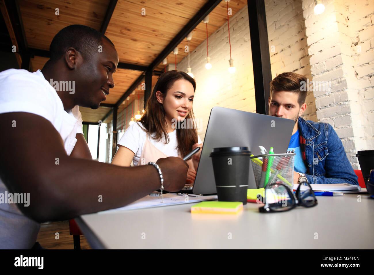 Start Vielfalt Teamarbeit Brainstorming Konzept. Business Team Mitarbeiter teilen Weltwirtschaft Bericht Dokument Stockfoto