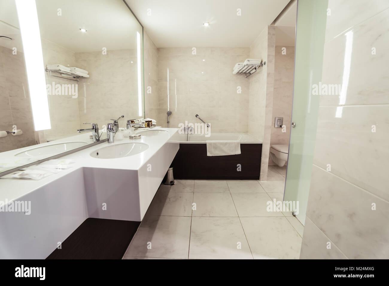 Designer Badezimmer mit Dusche Fliesen Stockfoto, Bild: 173437224 ...