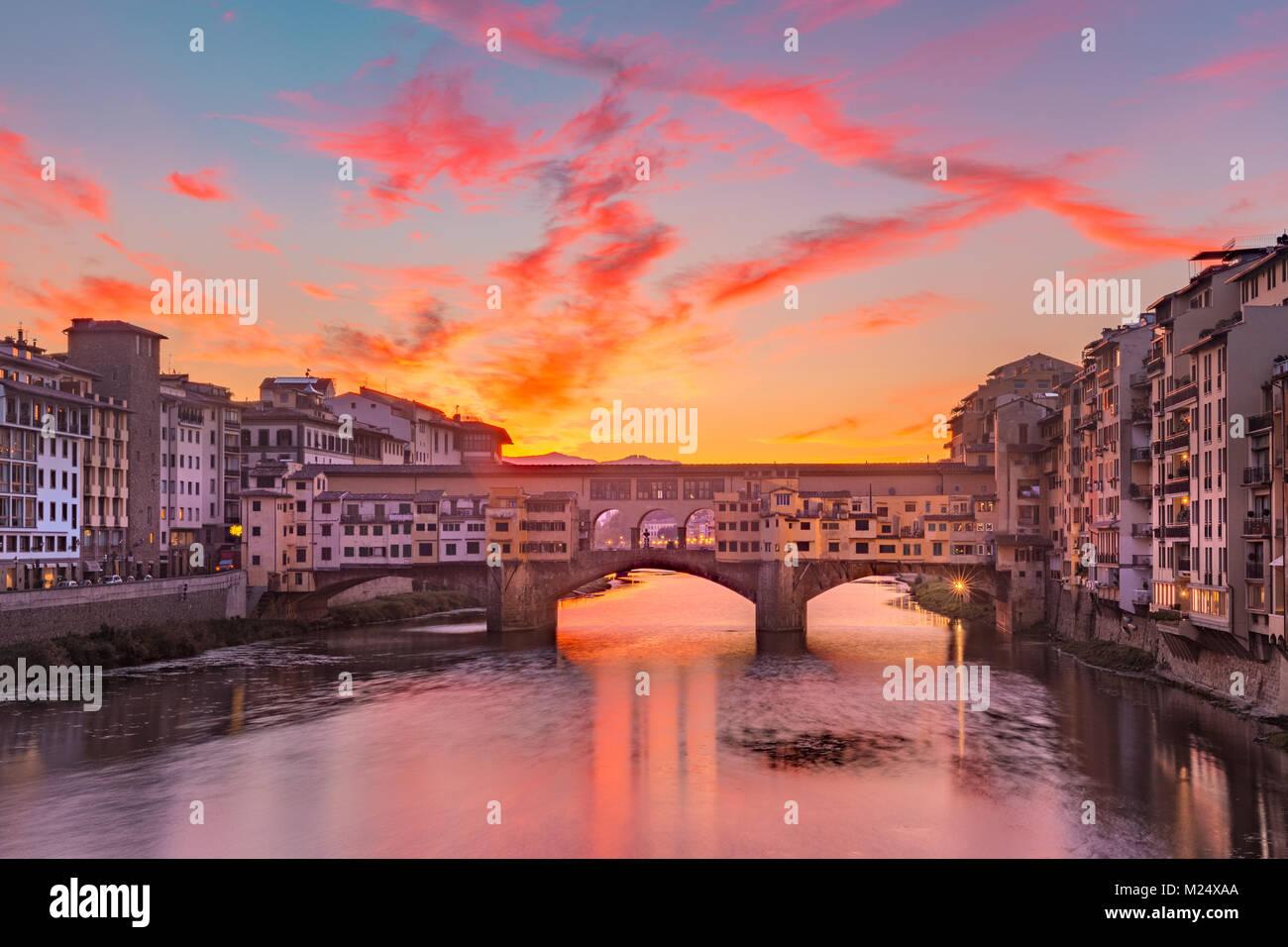 Fluss Arno und Ponte Vecchio in Florenz, Italien Stockbild