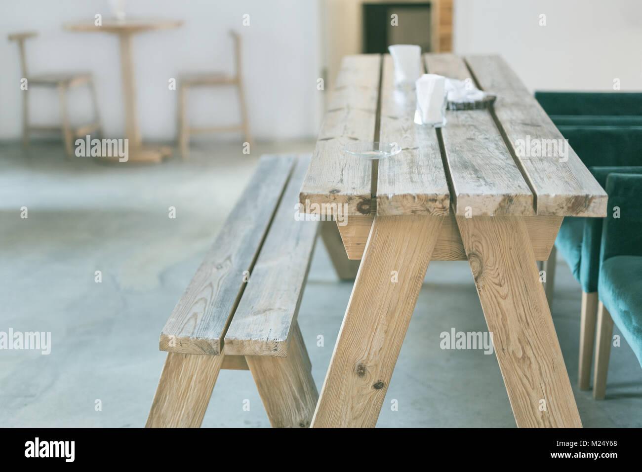 Holz- Bank und Tisch indoor. Ländlich rustikal eingerichtet. Leere ...