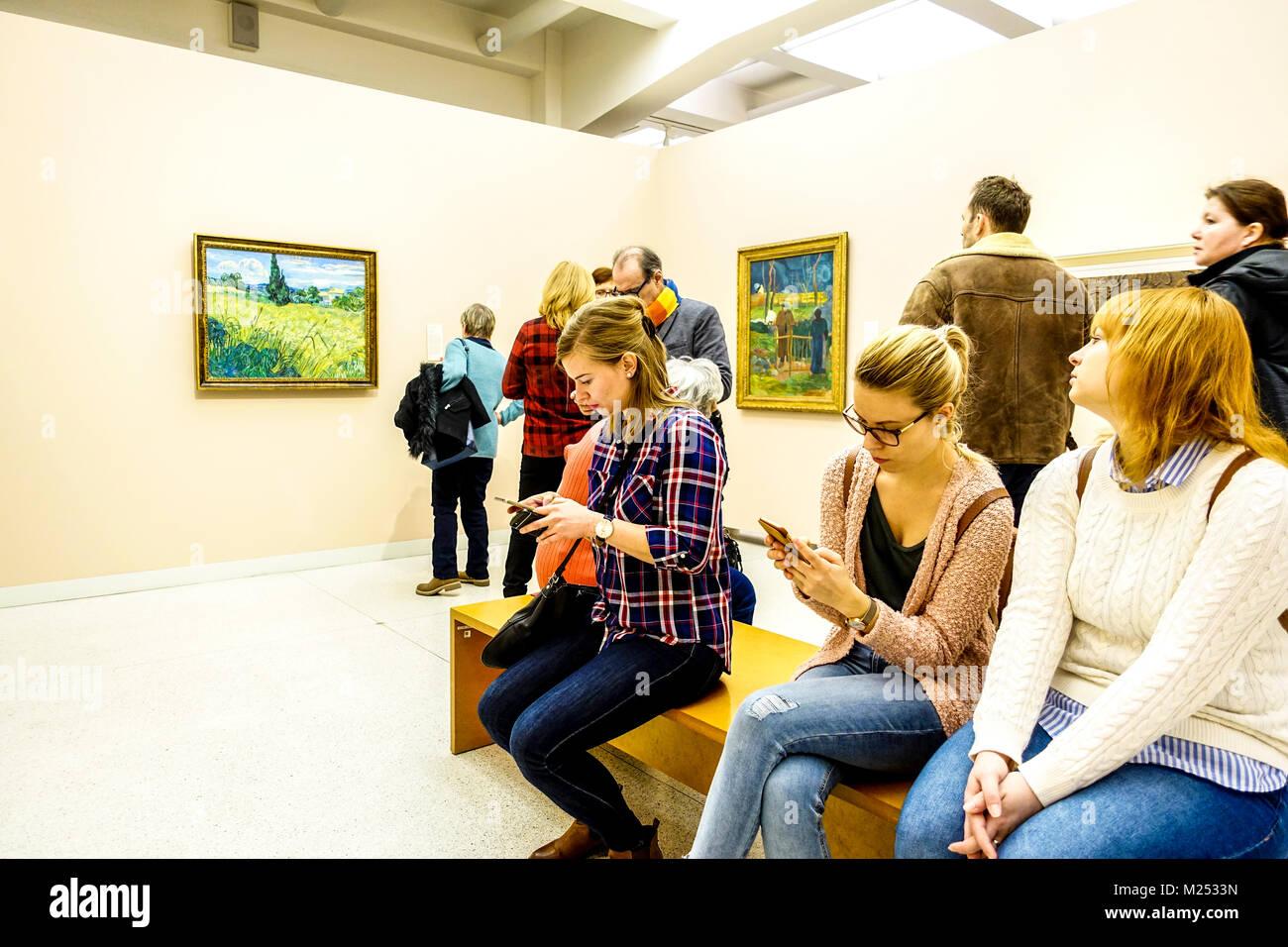 Menschen im Museum Moderne Kunst Prager Nationalgalerie Vincent van Gogh Gemälde Tschechische Republik Stockfoto