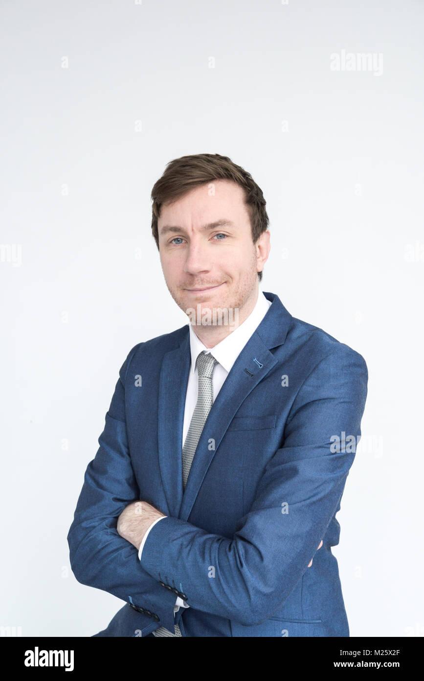 Porträt einer elegant gekleideten Mann lächelnd in die Kamera schaut. auf weißem Hintergrund Stockfoto