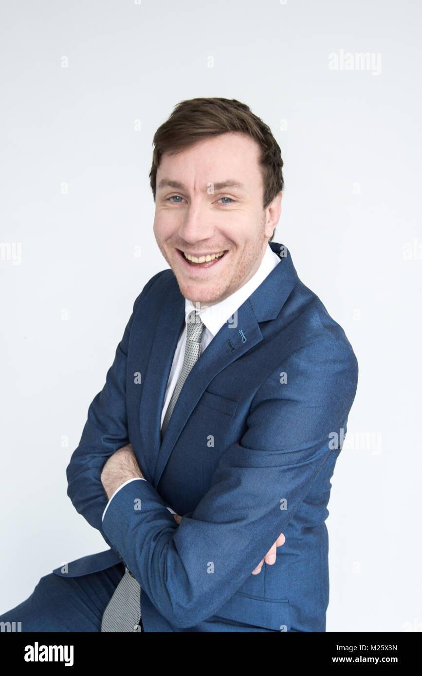 Portrait von Intelligent lächelnden Mann mit verschränkten Armen in die Kamera schaut gekleidet. Auf weissem Stockbild